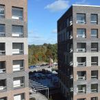 A-talo vasemmalla, B oikealla. Välistä näkyy parkkipaikoille. Kuva: Marja Valjus