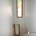 Rivitalon portaikossa on korkeat ikkunat. Kuva: Pauliina Lehto