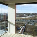 Lasitetulta parvekkeelta on näkymä Vantaanjoelle. Kuva: Pauliina Lehto
